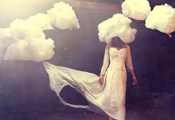 Frau mit Wolken auf dem Kopf