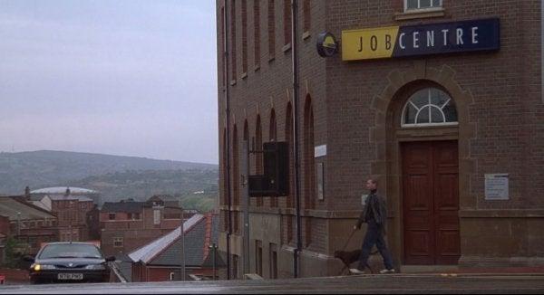 Ein Arbeitsamt in Sheffield, an dem ein Mann vorbeigeht