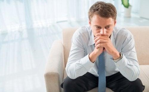 Mann fragt sich, warum seine Psychotherapie fehlgeschlagen ist