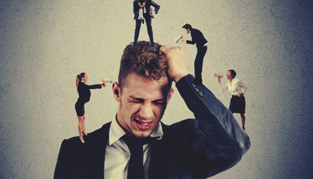 Mann wird durch Mikroaggressionen angegriffen