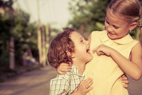 Glückliche Geschwisterkinder lachen zusammen.