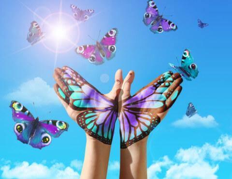 Schmetterlinge vor ausgebreiteten Händen