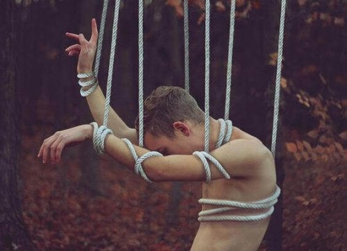 In Seilen verstrickter Mann