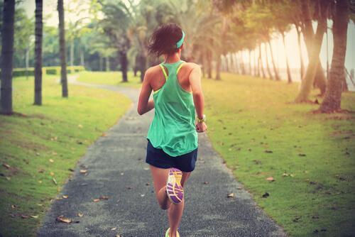 Joggende Frau mit grünem Shirt