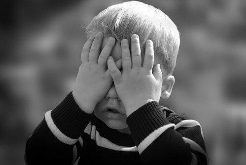 Ein Junge hat Schmerzen und weiß nicht, wie er sie mitteilen soll.