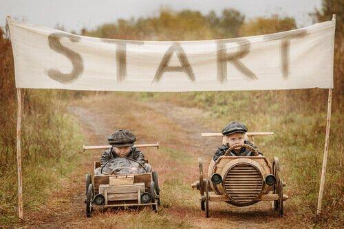 Zwei Kinder am Start von einem Seifenkistenrennen