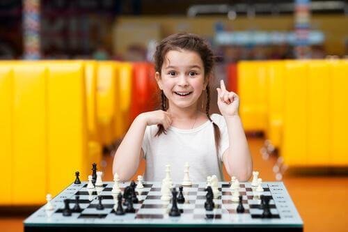 Glückliches Mädchen spielt Schach