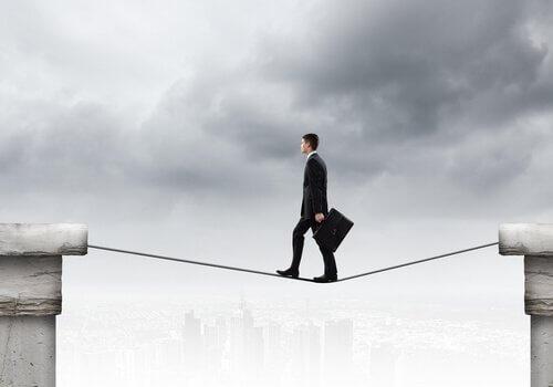 Mann balanciert zuversichtlich auf einem Drahtseil