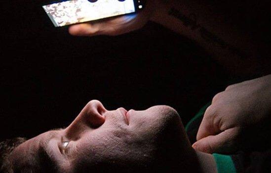 Besserer Schlaf ist möglich, wenn du dein Handy aus dem Schlafzimmer verbannst.