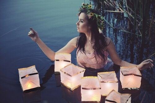 Nymphe mit Lampen im Wasser