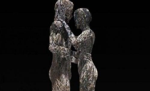 Statue eines Paares