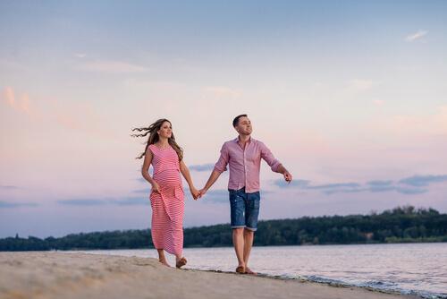 Paar geht am Strand spazieren