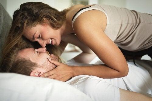 Paar schaut sich im Bett an