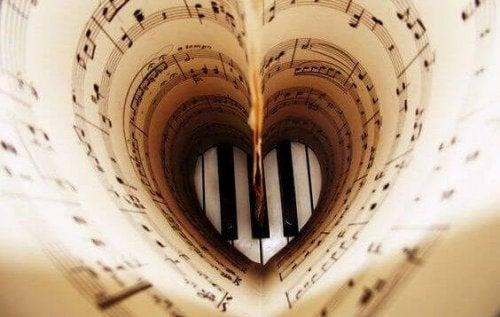 Partitur in Herzform als Symbol für musikalische Intelligenz