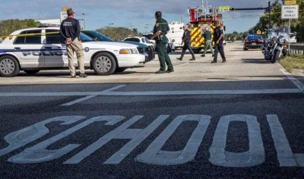 Polizei und Rettungswagen befinden sich auf einem Schulgelände