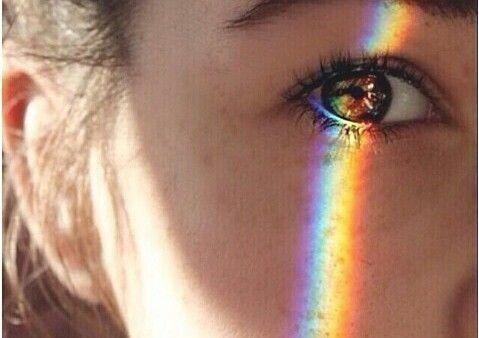 Regenbogen, der sich im Gesicht eines Kindes abbildet