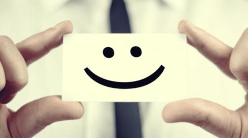 Eine Pappkarte mit einem lachenden Smiley