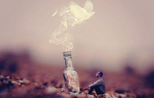 Taube fliegt aus einer Flasche