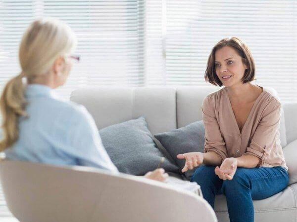 Frau während einer Therapiesitzung