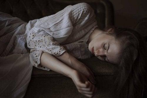Traurige Frau auf einem Sofa