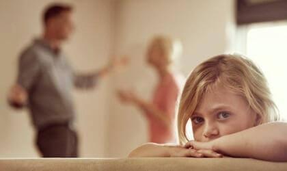 Trauriges Mädchen hört streitenden Eltern zu