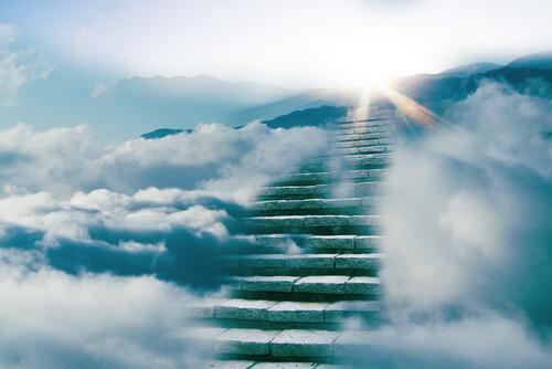 Treppe umgeben von Wolken
