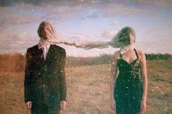 Paar, durch ein Tuch miteinander verbunden