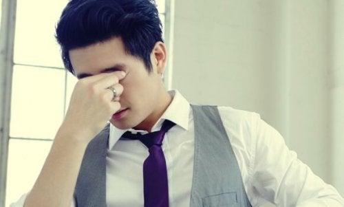 Ein Mann ist unsicher, da er ein Perfektionist ist.