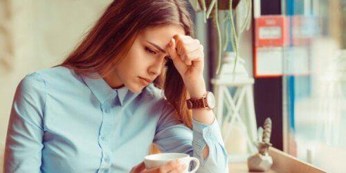 Eine Frau ist verzweifelt, da ihr Ergebnis nicht perfekt genug ist.