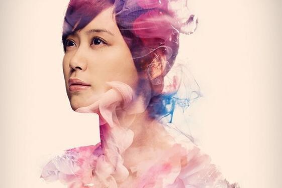 Frau umgeben von einem feinen bunten Farbschleier