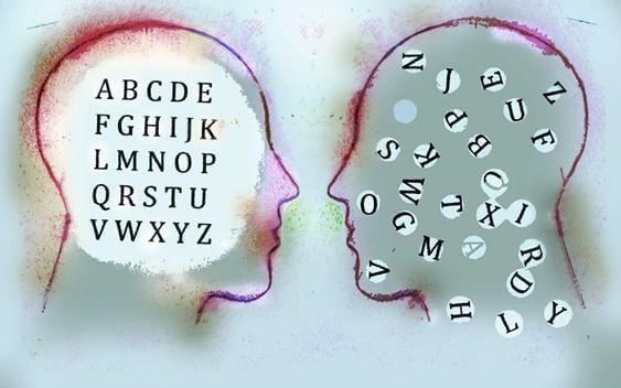 Zwei Köpfe, in denen Buchstaben herumschwirren