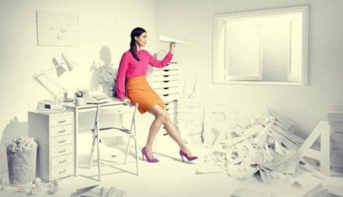 Zauderer suchen Ablenkung, wie diese Frau im weißen Büro