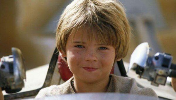Anakin Skywalker als Junge mit noch blonden Haaren