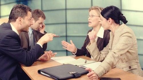 Eine Gruppe von Arbeitnehmern in einem hitzigen Gespräch