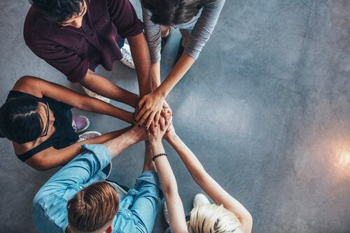 Arbeitskollegen, die die Hände aufeinander legen