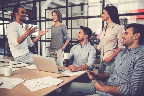 Arbeitskollegen im Gespräch