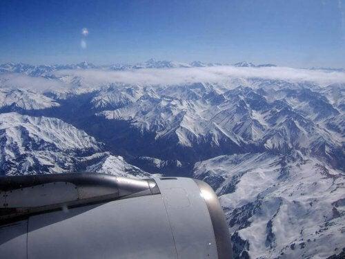 Eine Berglandschaft aus dem Flugzeug