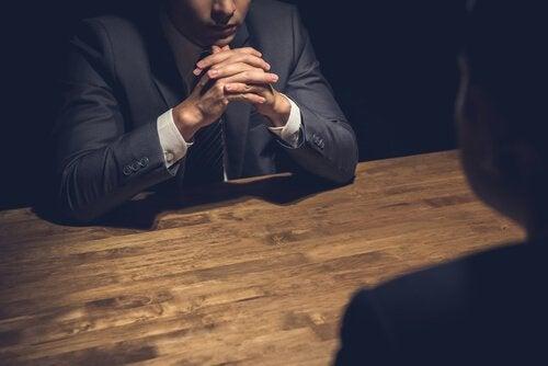 Ein Chef in einem ernsten Gespräch mit einem seiner Mitarbeiter