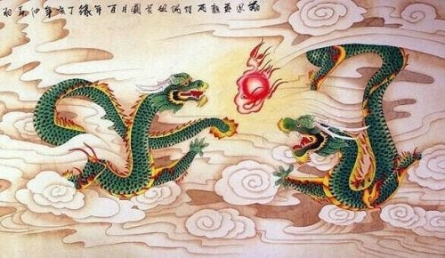 Chinesische Drachen fliegen im Himmel.