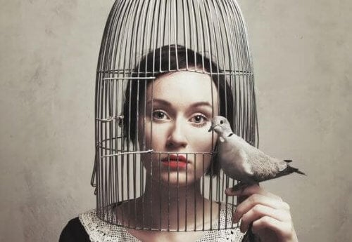 Frau, die zu still ist, in einem Käfig