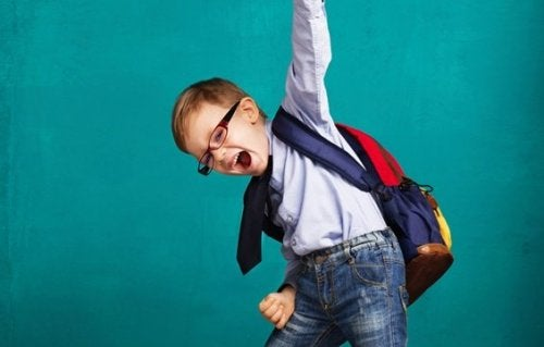Ein Junge ist erfolgreich und jubelt.