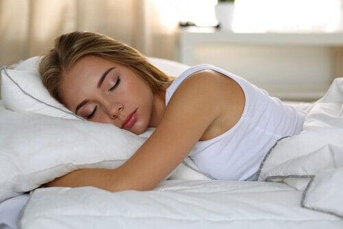 Eine Frau liegt im Bett und schläft.