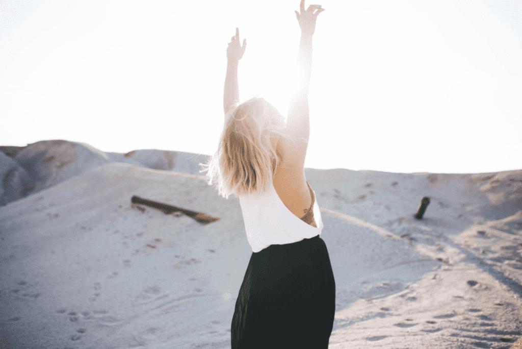 Frau streckt ihre Arme nach oben