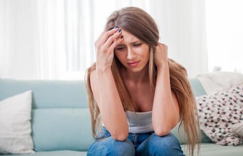 Frau denkt verärgert nach, Zitate von Epiktet können ihr helfen