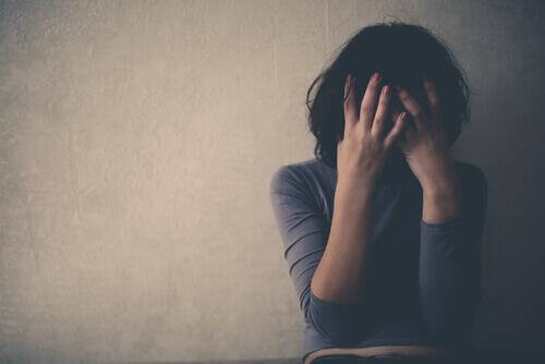 Frau mit kognitivem Aufmerksamkeitssyndrom verzweifelt an negativen Gedanken
