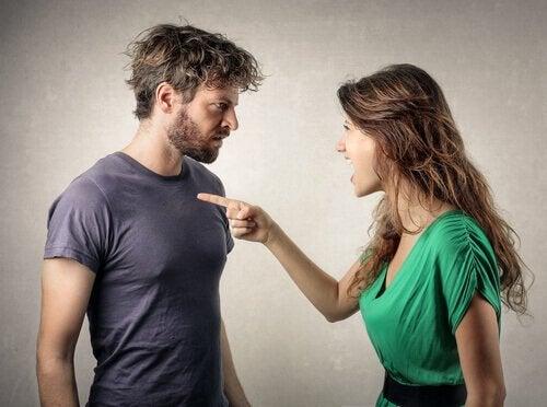 Frau beschuldigt ihren Freund