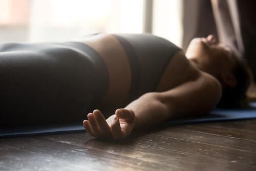 Frau entspannt sich auf dem Boden liegenf