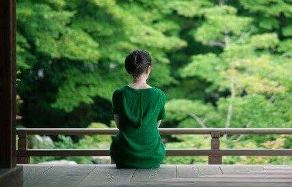 Frau in Grün gekleidet