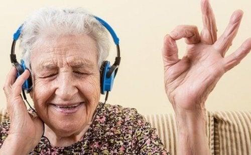 Frau mit Morbus Alzheimer hört Musik