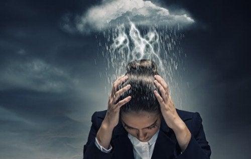 Frau mit Gewitterwolke über dem Kopf als Symbol für Katastrophendenken